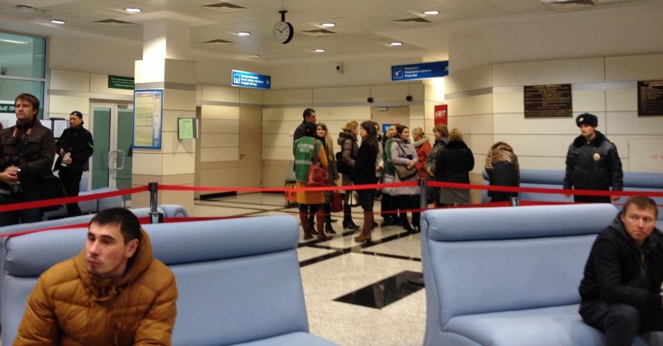 17.nov.2013 - Pessoas aguardam dentro do aeroporto da cidade russa de Kazan, onde um Boeing 737 pertencente à companhia aérea Tatarstan Airlines caiu matando ao menos 50 pessoas neste domingo (17). O avião partiu do aeroporto de Domodedovo, em Moscou, e seguia para a cidade de Petrozavodsk . A área do acidente foi cercada e o aeroporto foi fechado