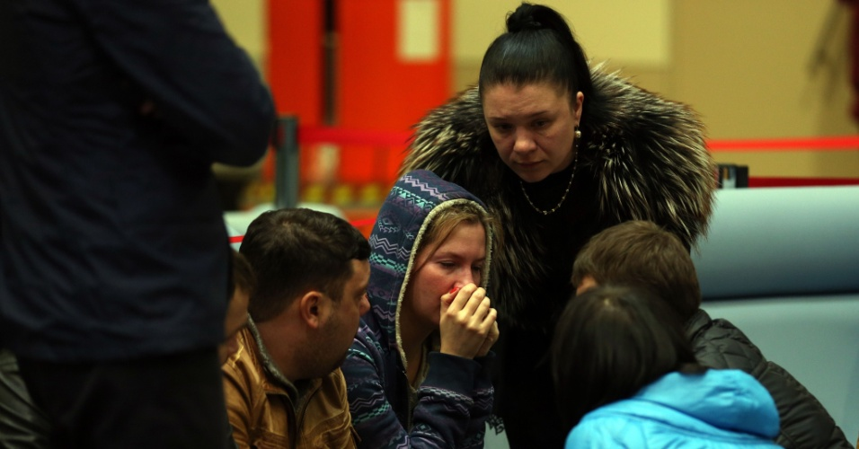 17.nov.2013 - Pessoas choram dentro do aeroporto de Kazan, na Rússia, que fica a 720 km a leste de Moscou, onde um Boeing 737 pertencente à companhia aérea Tatarstan Airlines caiu matando ao menos 50 pessoas neste domingo (17). O avião partiu do aeroporto de Domodedovo, em Moscou, e seguia para a cidade de Petrozavodsk . A área do acidente foi cercada e o aeroporto foi fechado