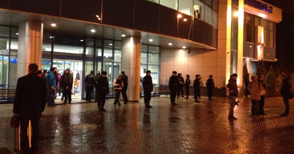 17.nov.2013 - Pessoas permanecem em frente ao aeroporto da cidade russa de Kazan, onde um Boeing 737 pertencente à companhia aérea Tatarstan Airlines caiu matando ao menos 50 pessoas neste domingo (17). O avião partiu do aeroporto de Domodedovo, em Moscou, e seguia para a cidade de Petrozavodsk . A área do acidente foi cercada e o aeroporto foi fechado