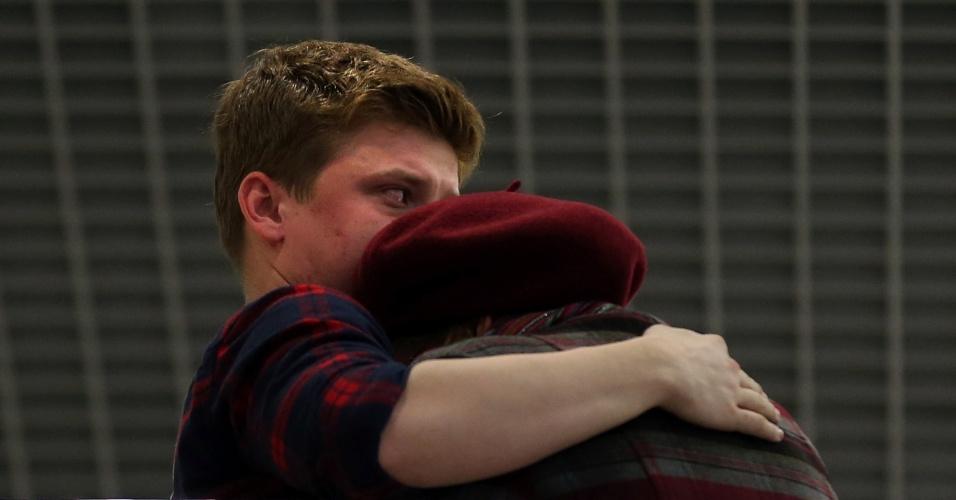 17.nov.2013 - Pessoas se abraçam dentro do aeroporto de Kazan, na Rússia, que fica a 720 km a leste de Moscou, onde um Boeing 737 pertencente à companhia aérea Tatarstan Airlines caiu matando ao menos 50 pessoas neste domingo (17). O avião partiu do aeroporto de Domodedovo, em Moscou, e seguia para a cidade de Petrozavodsk . A área do acidente foi cercada e o aeroporto foi fechado