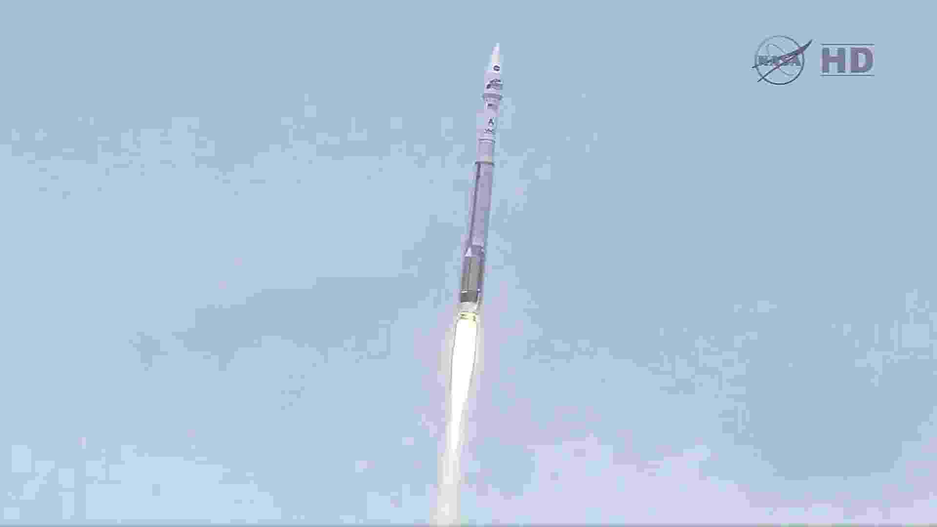 18.nov.2013 - A Nasa lançou nesta segunda-feira (18), às 16:28 (horário de Brasília), um foguete com a nave não tripulada Maven, que vai averiguar por que Marte perdeu boa parte de sua atmosfera. A sonda alcançará a órbita de Marte no ano que vem para analisar as camadas de sua atmosfera superior e as interações com o sol e o vento solar que podem ter influenciado a perda de gases, segundo a agência espacial americana - AFP/Nasa TV