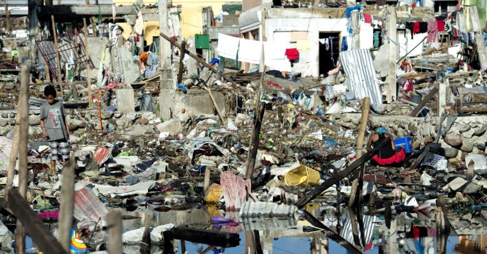 18.nov.2013 - Bairro de Tacloban (Filipinas) fica em destroços após a passagem do tufão Haiyan pela cidade. Sobreviventes da maior tempestade já registrada se reúnem em igrejas destruídas enquanto serviços humanitários intensificam os esforços para abastecer as comunidades mais remotas'
