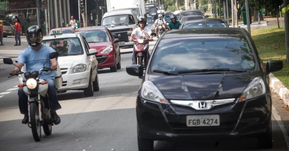 18.nov.2013 - Carros circulam por antiga motofaixa que foi desativada nesta segunda-feira (18), na avenida Sumaré, na zona oeste de São Paulo. No mesmo dia, uma faixa exclusiva para ônibus foi implantada na via. Segundo a CET (Companhia de Engenharia de Tráfego),