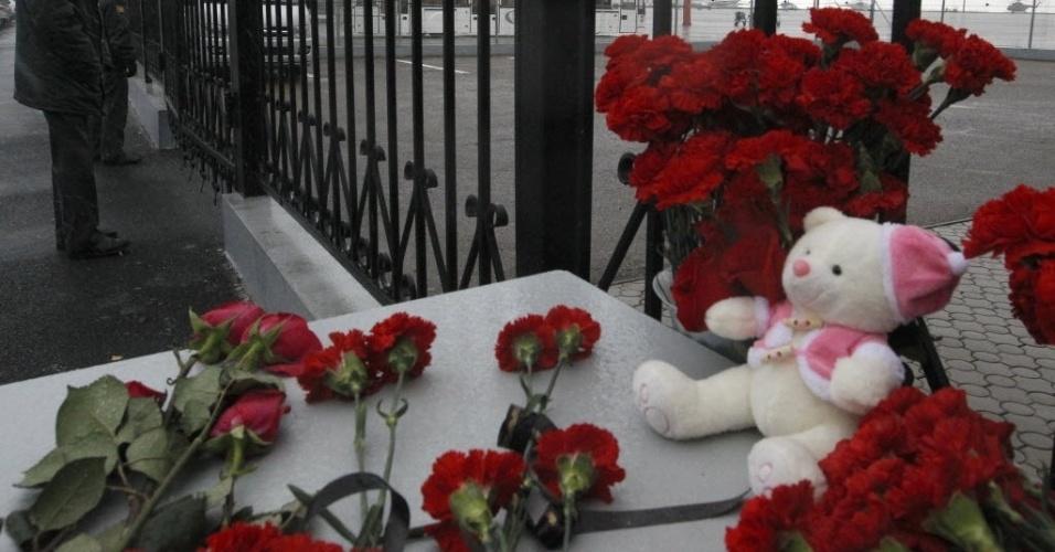 18.nov.2013 - Flores e bichos de pelúcia são deixados em memorial improvisado próximo à grade do aeroporto de Kazan, na Rússia. Um acidente com um avião Boeing 737 no domingo (17) causou a morte das 50 pessoas a bordo