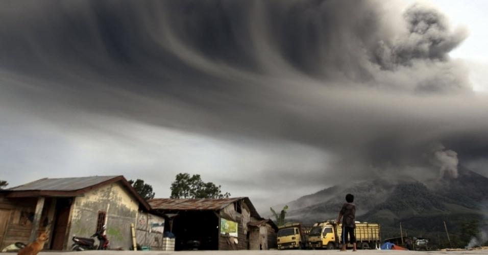 18.nov.2013 - Morador observa fumaça expelida pelo vulcão do Monte Sinabung na ilha indonésia de Sumatra. A Indonésia está em alerta devido à erupção do Sinabung e do vulcão Merapi, em Java