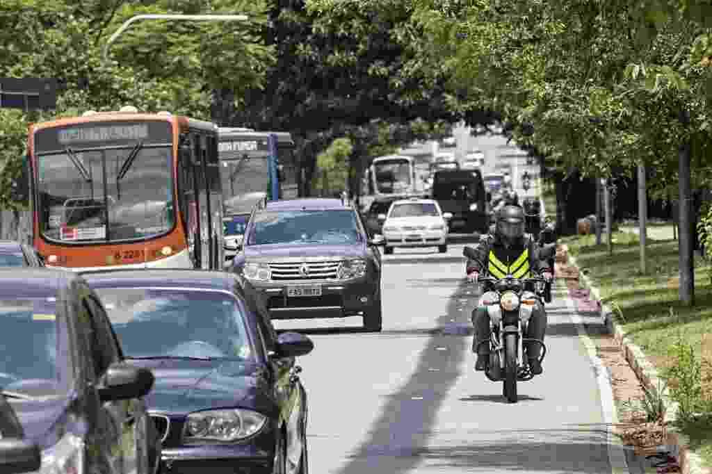 """18.nov.2013 - Motociclistas trafegam por espaço onde funcionava uma motofaixa na avenida Sumaré, na zona oeste de São Paulo. A faixa foi desativada nesta segunda-feira (18). No mesmo dia, uma faixa exclusiva para ônibus foi implantada na via. Segundo a CET (Companhia de Engenharia de Tráfego), """"dados estatísticos apontam que a implantação da motofaixa não representou um aumento da segurança dos motociclistas"""" - Eduardo Knapp/Folhapress"""
