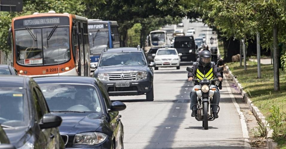 18.nov.2013 - Motociclistas trafegam por espaço onde funcionava uma motofaixa na avenida Sumaré, na zona oeste de São Paulo. A faixa foi desativada nesta segunda-feira (18). No mesmo dia, uma faixa exclusiva para ônibus foi implantada na via. Segundo a CET (Companhia de Engenharia de Tráfego),