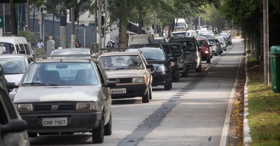 18.nov.2013 - Motofaixa localizada na avenida Sumaré, na zona oeste de São Paulo, foi desativada nesta segunda-feira (18). No mesmo dia, uma faixa exclusiva para ônibus foi implantada na via. Segundo a CET (Companhia de Engenharia de Tráfego),