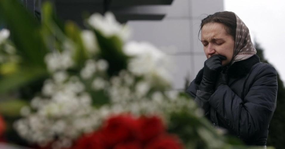 18.nov.2013 - Mulher vela vítimas de acidente com avião Boeing que deixou 50 pessoas mortas no domingo (17), no aeroporto de Kazan, na Rússia. Um jato do Tatarstan Airlines voando de Moscou para Kazan caiu no momento da aterrissagem neste domingo (18), explodindo e matando os 44 passageiros e os seis tripulantes