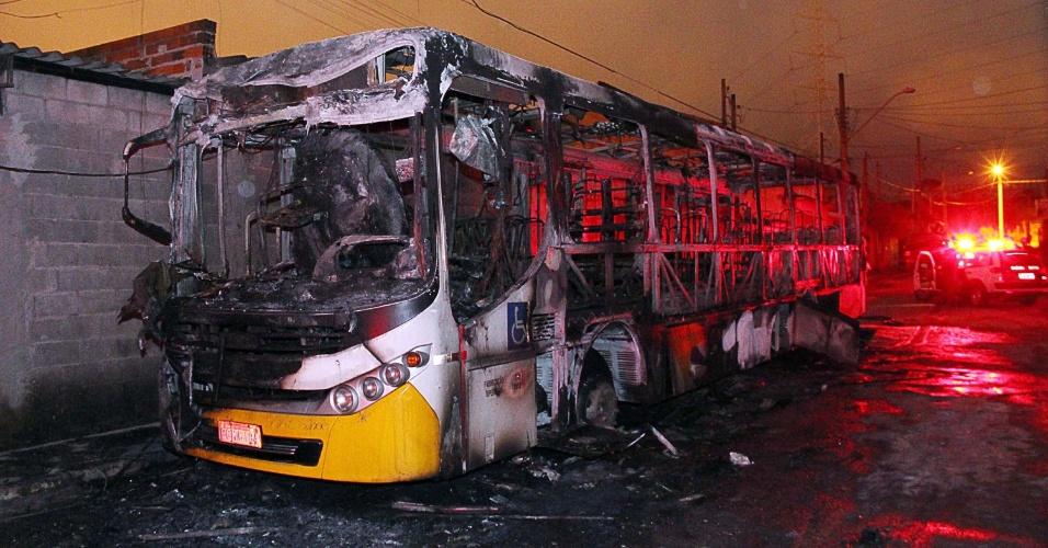 18.nov.2013 - Ônibus é incendiado na noite deste domingo (17) em Mogi das Cruzes, (SP). Segundo a Polícia Militar, um grupo de vinte pessoas invadiu o coletivo e obrigou todos a descer, para, em seguida, atear fogo. Ninguém ficou ferido. A polícia deteve três suspeitos, mas ninguém informou o motivo do ataque