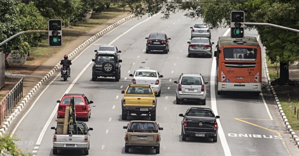 18.nov.2013 - Ônibus trafegam em faixa exclusiva implantada nesta segunda-feira (18) na avenida Sumaré, na zona oeste de São Paulo. No mesmo dia, uma motofaixa que funcionava desde 2006 na via foi desativada. Segundo a CET (Companhia de Engenharia de Tráfego),
