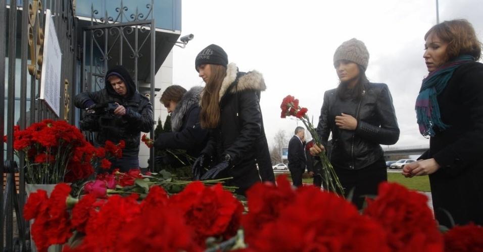 18.nov.2013 - Pessoas deixam flores perto de grade do aeroporto de Kazan, na Rússia. Um jato do Tatarstan Airlines voando de Moscou para Kazan caiu no momento da aterrissagem neste domingo (18), explodindo e matando os 44 passageiros e os seis tripulantes