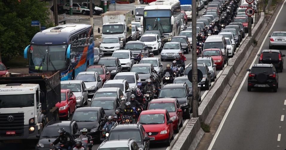 18.nov.2013 - São Paulo tem trânsito intenso na manhã desta segunda-feira (18) na avenida Bandeirantes, próximo ao aeroporto de Congonhas. Na quinta-feira (14) a cidade registrou 309 quilômetros de filas às 18h, batendo recorde histórico de congestionamento