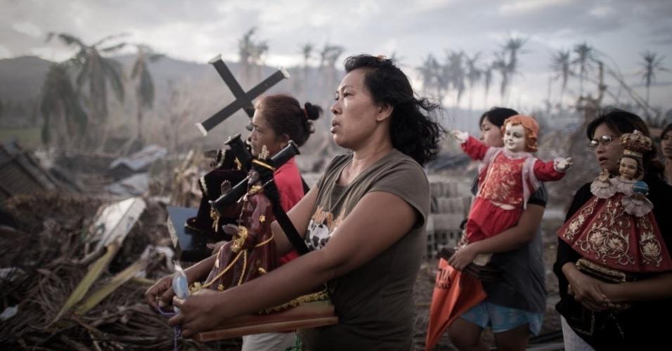 18.nov.2013 - Sobreviventes do tufão Haiyan participam de procissão em Tolosa, nas Filipinas