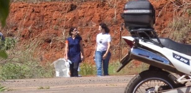 19.nov.2013 - A ex-presidente do Banco Rural Kátia Rabello (branco) e a ex-funcionária da agência SMP&B Simone Vasconcellos (azul) quando estavam presas em Brasília