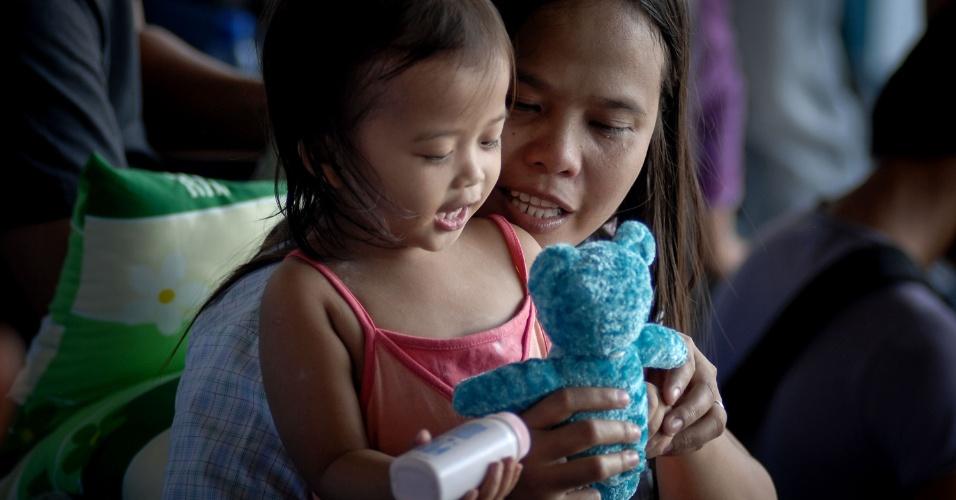 19.nov.2013 - Sobrevivente filipina é vista em abrigo em base aérea de Manila, Filipinas