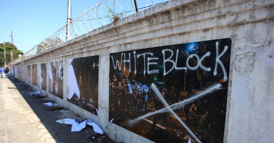 19.nov.2013 - Uma intervenção urbana com fotografias das manifestações de junho realizada nos muros do cemitério do Araçá, em São Paulo, foi destruída na madrugada desta terça-feira (19). Vândalos ligados a um suposto grupo de direita radical autodenominado