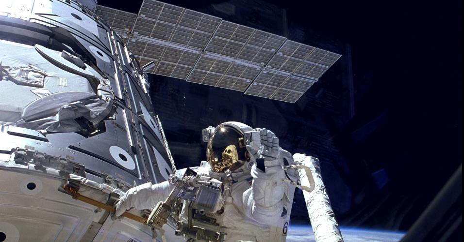 20.nov.2013 - Há 15 anos, em 20 de novembro de 1998, a Rússia lançava o módulo Zarya, com um painel solar. Duas semanas depois, em 4 de dezembro, foi a vez da Nasa com o ônibus espacial Endeavour lançar o Unity, parte americana da Estação. Durante três caminhadas espaciais na missão STS -88, os dois módulos foram acoplados, criando a Estação Espacial Internacional. Na imagem, o astronauta James H. Newman, que participou da caminhada de união dos módulos