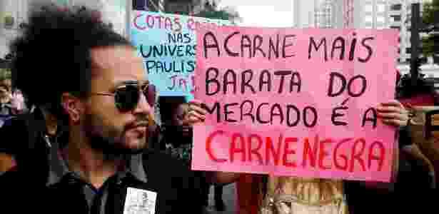 20.nov.2013 - Manifestantes carregam cartazes durante Marcha da Consciência Negra - Reinaldo Canato/UOL