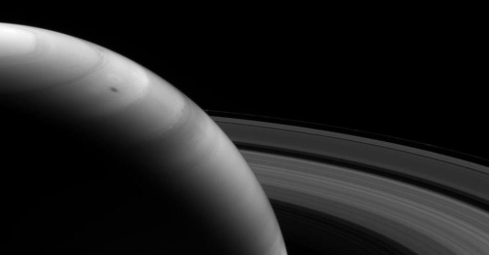20.nov.2013 - Sonda Cassini capturou imagem do lado iluminado dos anéis de Saturno a uma distância de 1,6 milhão de quilômetros com um filtro que captura comprimentos de onda perto do infravermelho