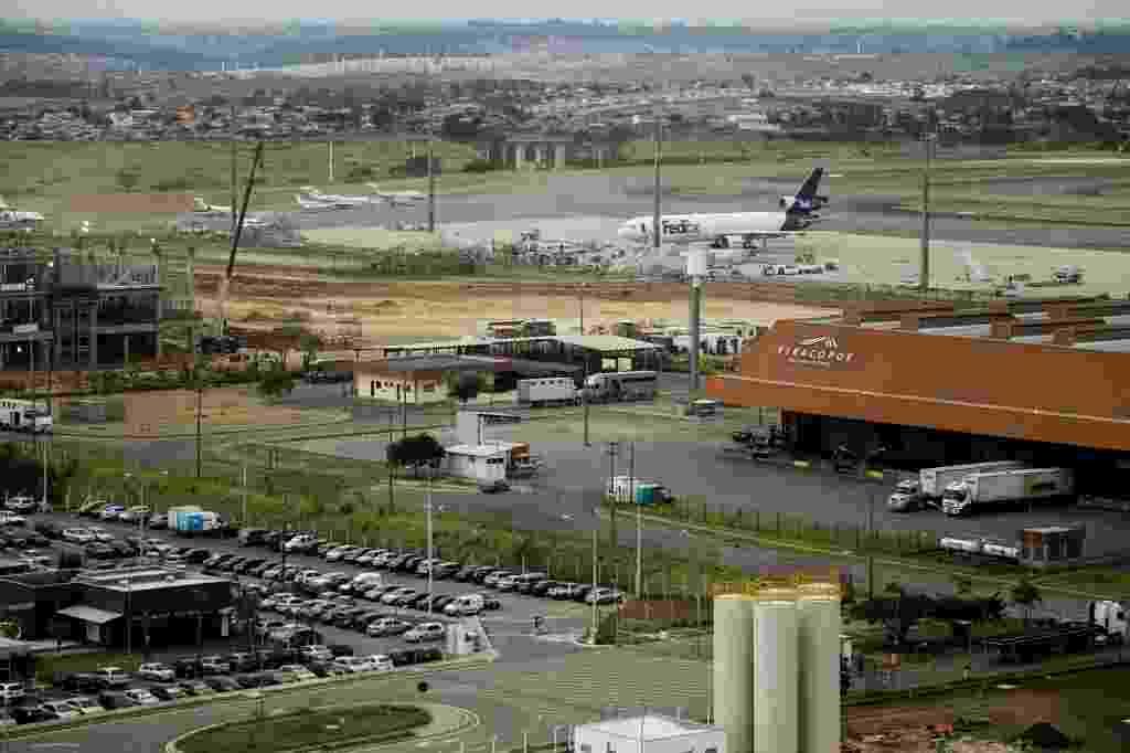 22.ago.2013 - O Aeroporto de Viracopos, em Campinas (SP), foi concedido ao consórcio Aeroportos Brasil, composto pelas empresas TPI, UTC e pela francesa EGIS Airport. O grupo venceu a concorrência com um lance de R$ 3,8 bilhões e assumiu o controle do aeroporto em novembro de 2012. A estimativa é que faça investimentos de R$ 8,7 bilhões, sendo R$ 1,8 bilhão até a Copa. A concessão dura 30 anos - Adriano Vizoni/Folhapress