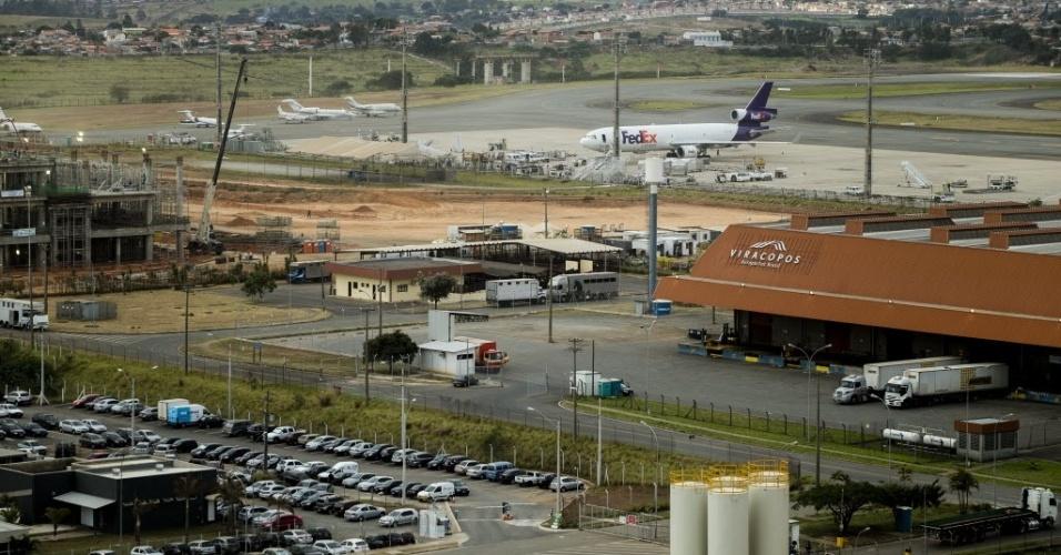 22.ago.2013 - O Aeroporto de Viracopos, em Campinas (SP), foi concedido ao consórcio Aeroportos Brasil, composto pelas empresas TPI, UTC e pela francesa EGIS Airport. O grupo venceu a concorrência com um lance de R$ 3,8 bilhões e assumiu o controle do aeroporto em novembro de 2012. A estimativa é que faça investimentos de R$ 8,7 bilhões, sendo R$ 1,8 bilhão até a Copa. A concessão dura 30 anos