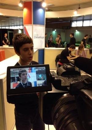Programador Nikos Adam, 12,concede entrevista durante evento de tecnologia na Grécia