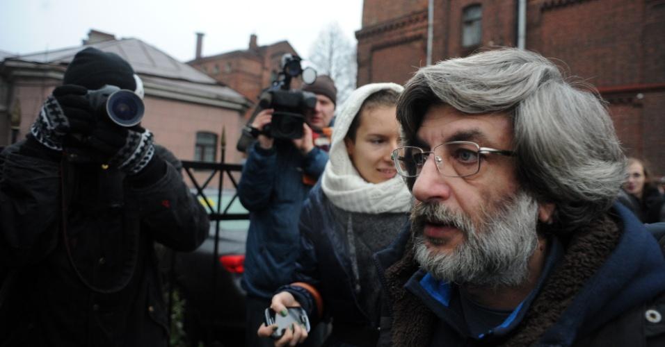 21.nov.2013 - O ativista do Greenpeace Andrey Allakhverdov (direita), um dos 30 presos por protestos contra a exploração de petróleo no Ártico, é liberado sob fiança de centro de denteção em São Petesburgo, na Rússia. Vinte deles receberam liberdade provisória