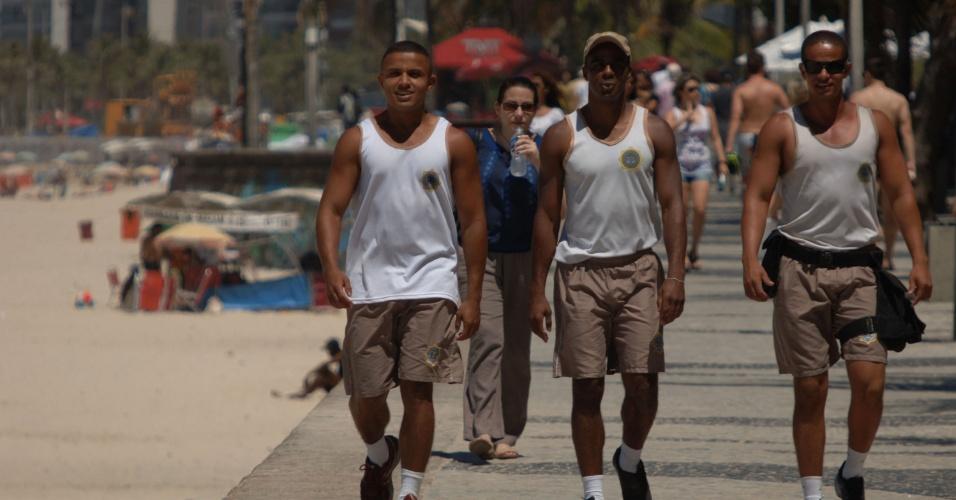 21.nov.2013 - Policiais monitoram praia de Ipanema, no Rio de Janeiro, após o arrastão que ocorreu na tarde desta quarta-feira (20).  A Polícia Civil do Rio de Janeiro informou nesta quinta-feira (21) que a partir de sábado (23) uma delegacia móvel começará a funcionar na orla da zona sul da capital fluminense