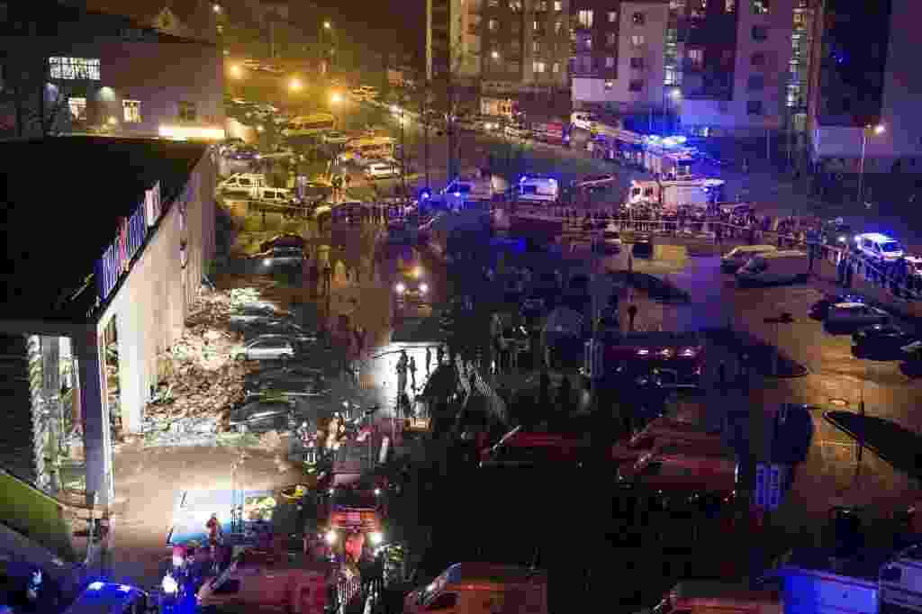 22.nov.2013 - Equipes de resgate trabalham em escombros do supermercado Maxima após o desabamento do teto do edifício localizado em Riga, na Letônia. Pelo menos 33 pessoas morreram - Emil Desjatnikov/Efe