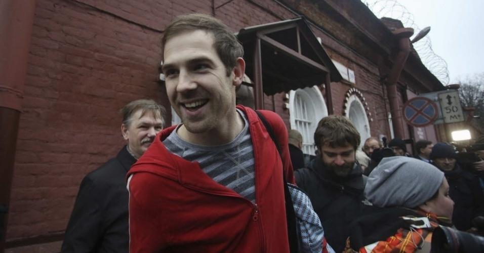 22.nov.2013 - O cinegrafista britânico Kieron Bryan deixa detenção em São Petersburgo nesta sexta-feira (22). Metade dos 30 ativistas do Greenpeace presos na Rússia por organizar um protesto no Ártico já ganharam liberdade mediante pagamento de fiança em espera do julgamento