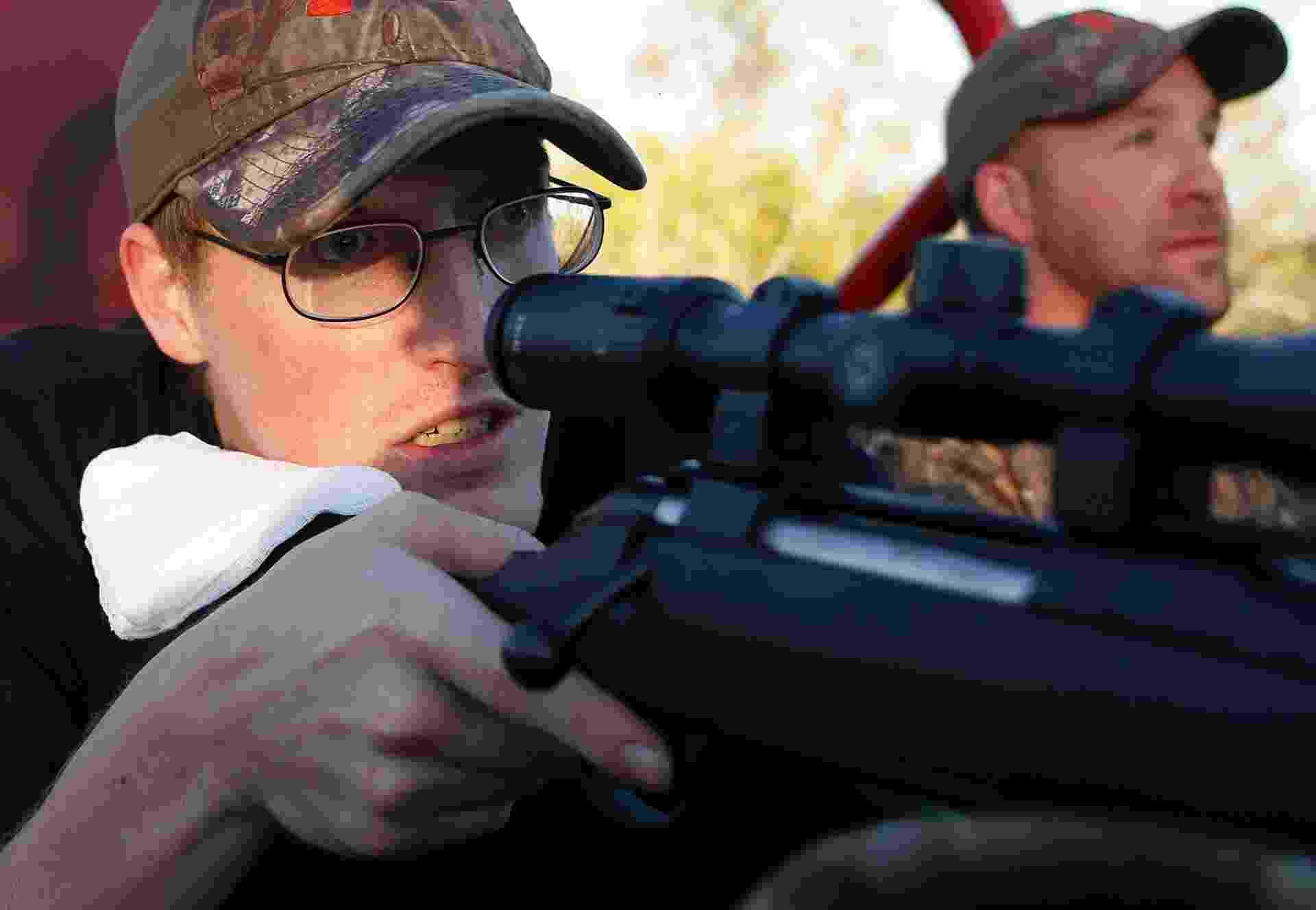 22.nov.2013 - O sargento Matt Krumwiede aponta arma ao lado do sargento Jesse McCart, que usa próteses, durante caça em um rancho nos arredores de San Antonio, no Texas, em 2 de Novembro de 2013. O oficial de 22 anos, que já passou por 40 cirurgias, perdeu as duas pernas ao pisar em um IED (dispositivo explosivo improvisado, em inglês) quando fazia patrulha no sul do Afeganistão, em 12 de junho de 2012. O artefato arrancou as suas duas pernas, danificou o seu braço esquerdo e rasgou a sua cavidade abdominal. Apesar do que viveu, ele diz estar ansioso para se juntar à infantaria, assim que seus ferimentos permitirem. As tropas norte-americanas estão no Afeganistão desde 2001 - Jim Urquhart/Reuters