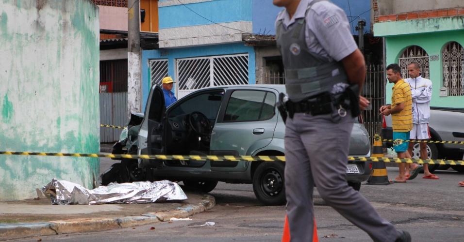 22.nov.2013 - Um homem e o filho dele foram mortos a tiros na manhã desta sexta-feira na Vila Curuçá, periferia da zona leste de São Paulo. Segundo policiais que investigam o caso, o pai chegou a lutar contra os bandidos antes de ser baleado. Até o início da tarde, nenhum suspeito havia sido identificado