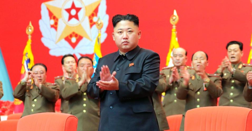 22.nv.2013 - Líder norte-coreano Kim Jong-un participa da segunda reunião do Exército do Povo Coreano, na Casa da Cultura. A foto não tem data e foi divulgada pela Agência de Notícias da Coreia do Norte (KCNA), em Pyongyang nesta sexta-feira (22)