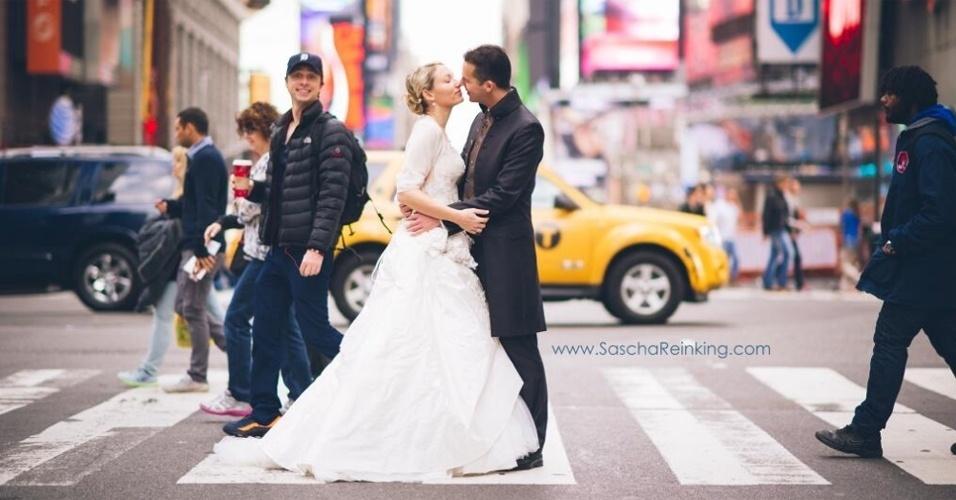 O ator Zach Braff, protagonista da série ''Scrubs'', publicou em seu Twitter aquele que descreveu como ''um de seus melhores photobombs''. A mensagem serviu de confirmação para a suspeita do fotógrafo Sascha Reinking, que tuitou de maneira bem-humorada: ''Senhor, acho que o senhor 'photobombou' meus recém-casados outro dia em Nova York''