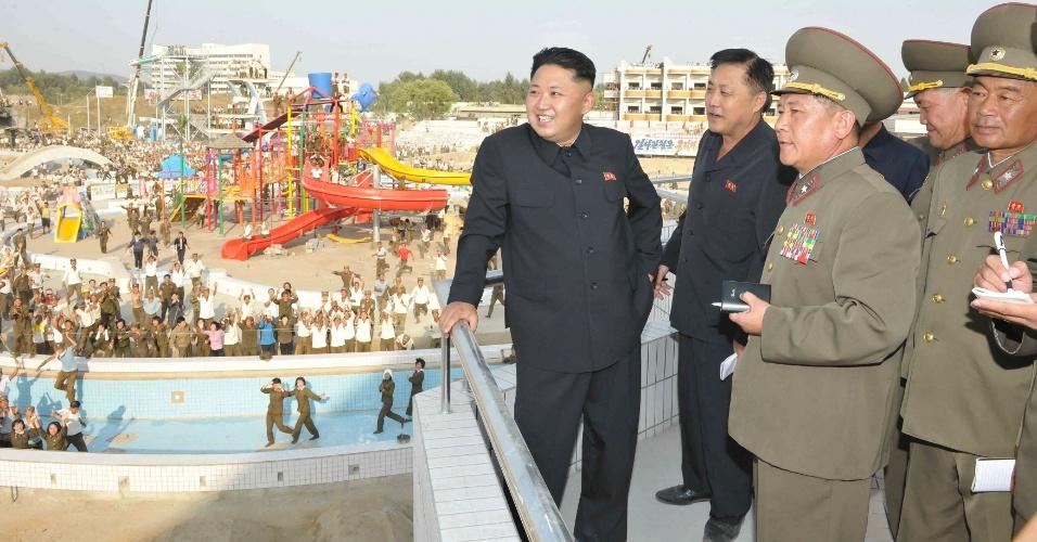 23.nov.2013 - Nesta foto de 18 de novembro, o ditador norte-coreano Kim Jong-Un (à frente) inspeciona a construção do complexo de natação de Munsu