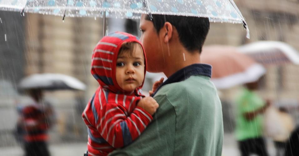23.nov.2013 - Pedestres enfrentam dia de chuva na região central de São Paulo neste sábado