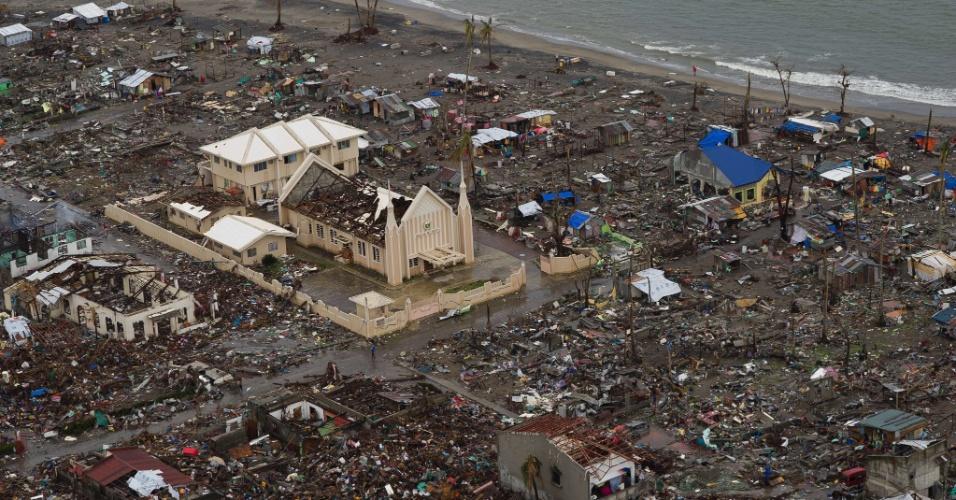 23.nov.2013 - Vista aérea de bairro na cidade de Tacloban, nas Filipina destruído após a passagem do tufão Haiyan pela região, há duas semanas