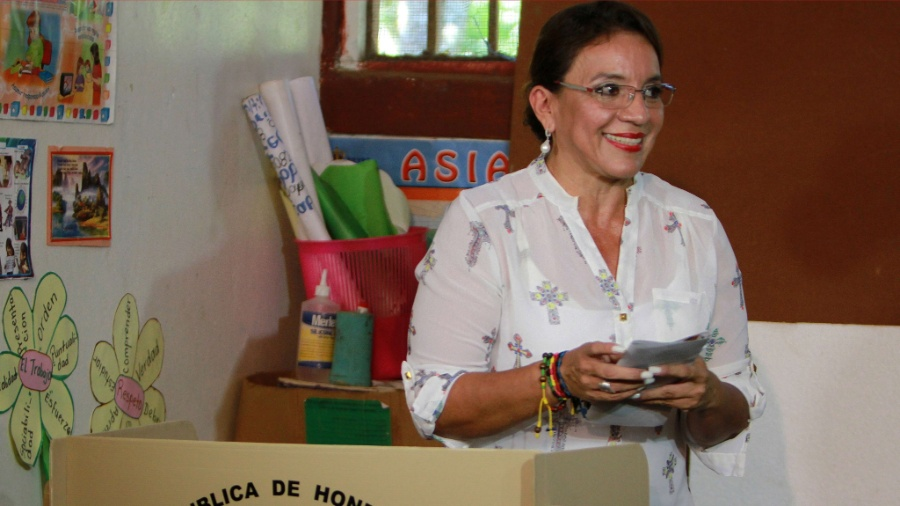 Candidata à presidência de Honduras Xiomara Castro, mulher do ex-presidente Manuel Zelaya, em foto de 2013 - AFP