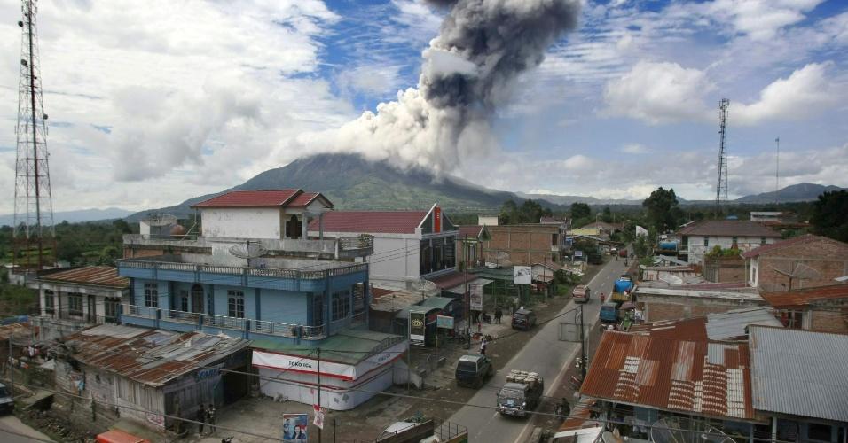 24.nov.2013 - O Monte Sinabung expele gás vulcânico neste domingo (24) visto da vila de Ndokum Siroga, em Karo, no norte de Sumatra (Indonésia)