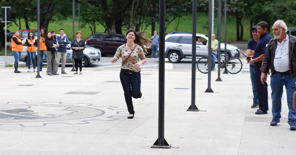 24.nov.2013 - Candidata corre e consegue chagar antes do fechamento dos portões na Cidade Universidade, zona oeste de São Paulo, para a primeira fase da Fuvest neste domingo