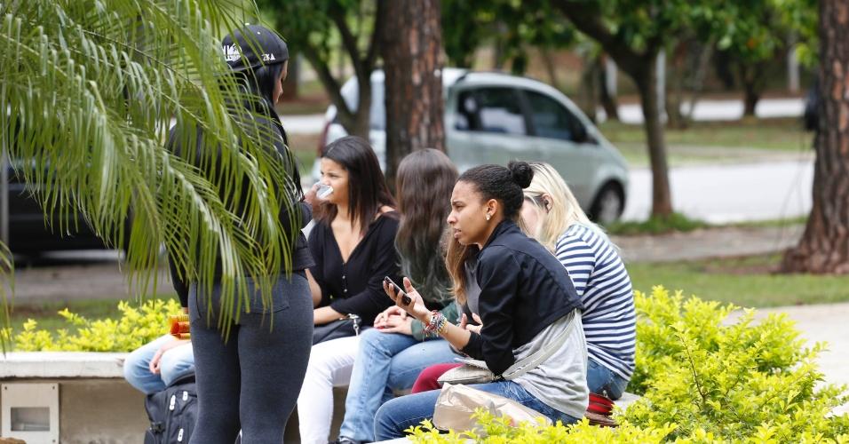 24.nov.2013 - Candidatas esperam abertura de local de prova da Fuevst 2014 na Cidade Universitária, zona oeste de São Paulo