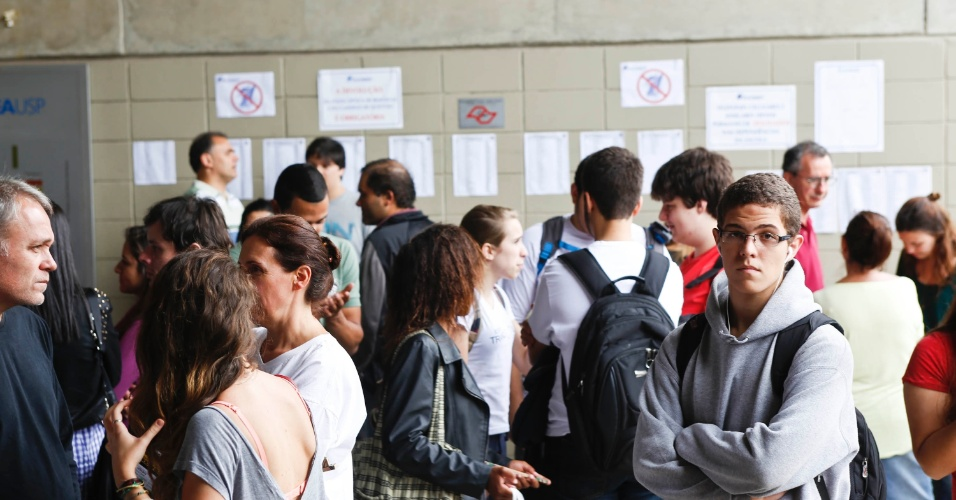 24.nov.2013 - Candidatos aguardam a abertura dos portões para a prova da primeira fase da Fuvest, que será aplicada neste domingo