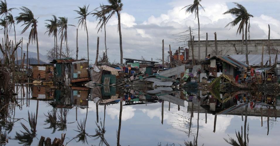 24.nov.2013 - Barracos reerguidos após passagem do tufão Haiyan na cidade de Tacloban, nas Filipinas