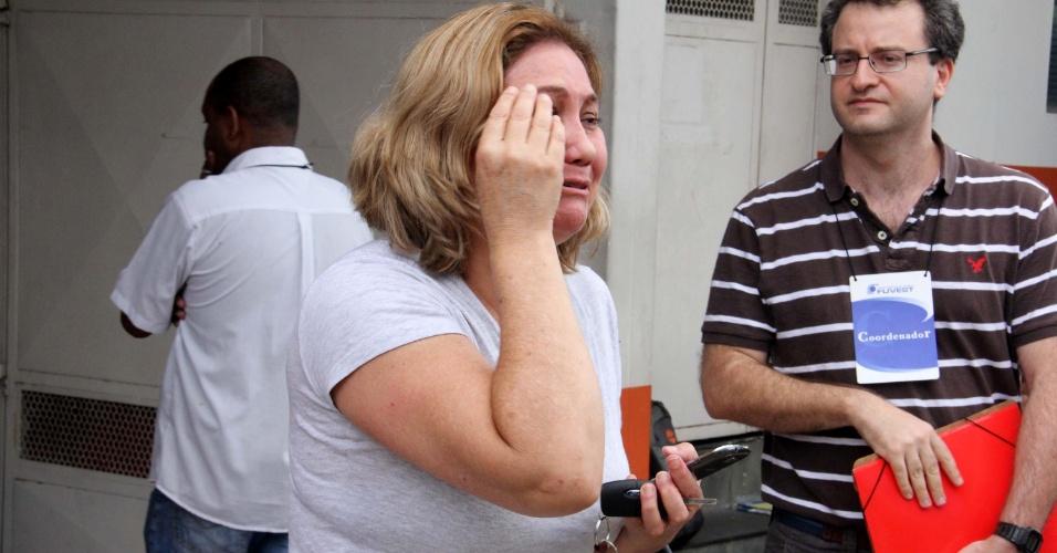 Mãe de candidato pede para coordenador não fechar os portões antes da chegada do seu filho, que se atrasou para a prova da Fuvest na Universidade Anhanguera de Santana, na tarde deste domingo