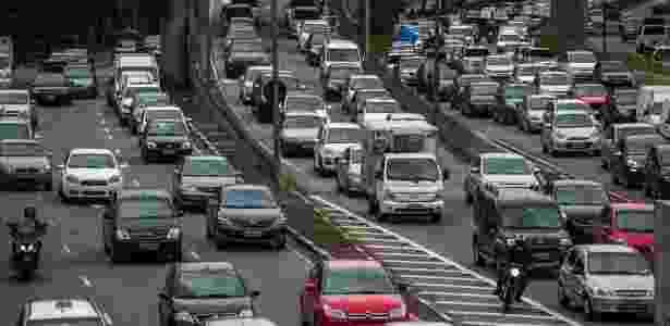 25.nov.2013 - Trânsito na avenida Pedro Álvares Cabral, nas proximidades do parque Ibirapuera, na zona sul de São Paulo - Apu Gomes/Folhapress