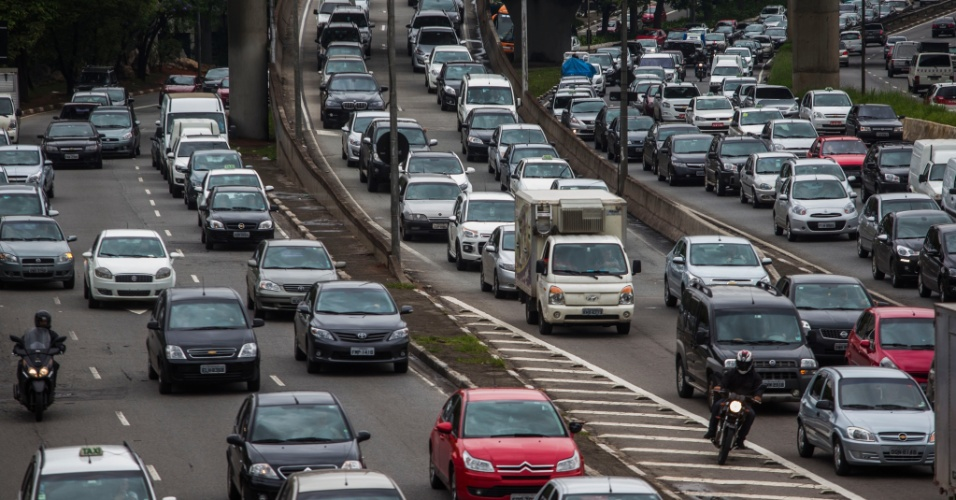 25.nov.2013 - A avenida Pedro Álvares Cabral, nas proximidades do parque Ibirapuera, na zona sul de São Paulo, ficou bastante congestionada na manhã chuvosa desta segunda-feira (25). A cidade de São Paulo registrou hoje a maior lentidão no trânsito deste ano para o período da manhã. Segundo a CET (Companhia de Engenharia de Tráfego), às 10h a cidade estava com 156 km de vias congestionadas, o que equivale a 17,9% das vias monitoradas