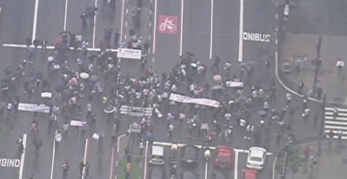 25.nov.2013 - Aproximadamente 200 vigilantes realizam passeata pelas ruas do centro de São Paulo em direção à avenida Paulista, exigindo a adesão dos colegas que estão em horário de trabalho. A categoria reivindica aumento salarial e outros benefícios