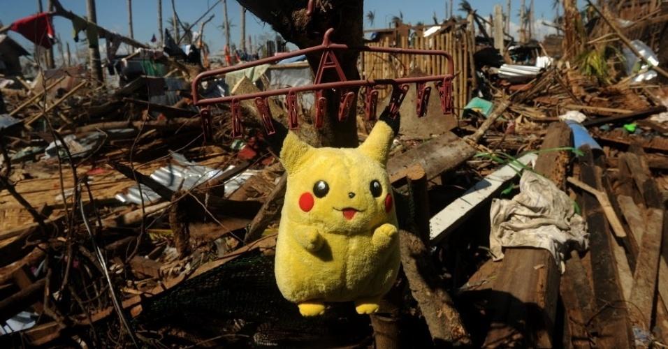 25.nov.2013 - Brinquedo de pelúcia deixado para secar em um cabide entre escombros na província de Leyte, devastada pelo tufão Haiyan. As Filipinas continuam recebendo ajuda humanitária