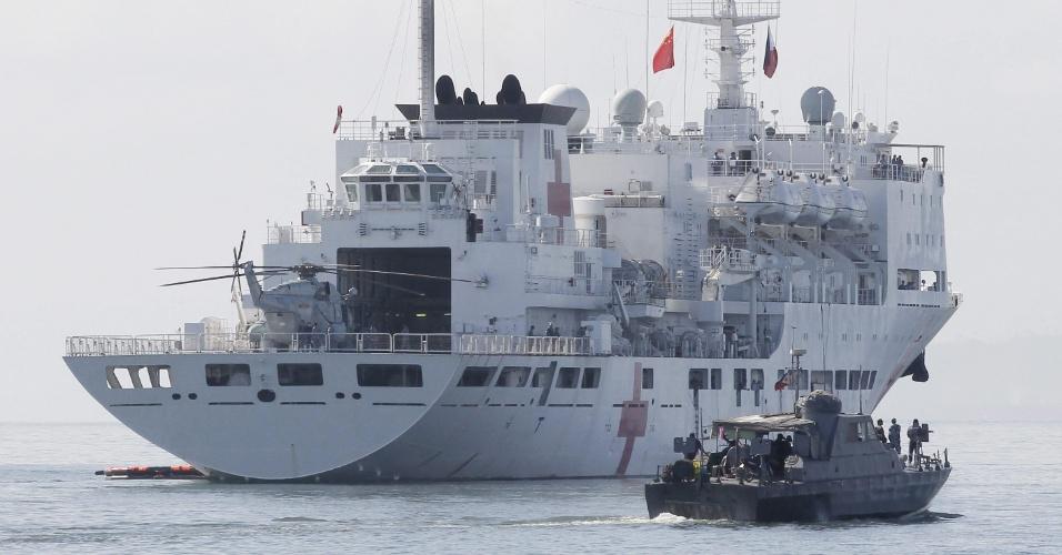 """25.nov.2013 - Navio-hospital Peace Ark (""""Arca da Paz""""), se aproxima da costa de Leyte (Filipinas)"""